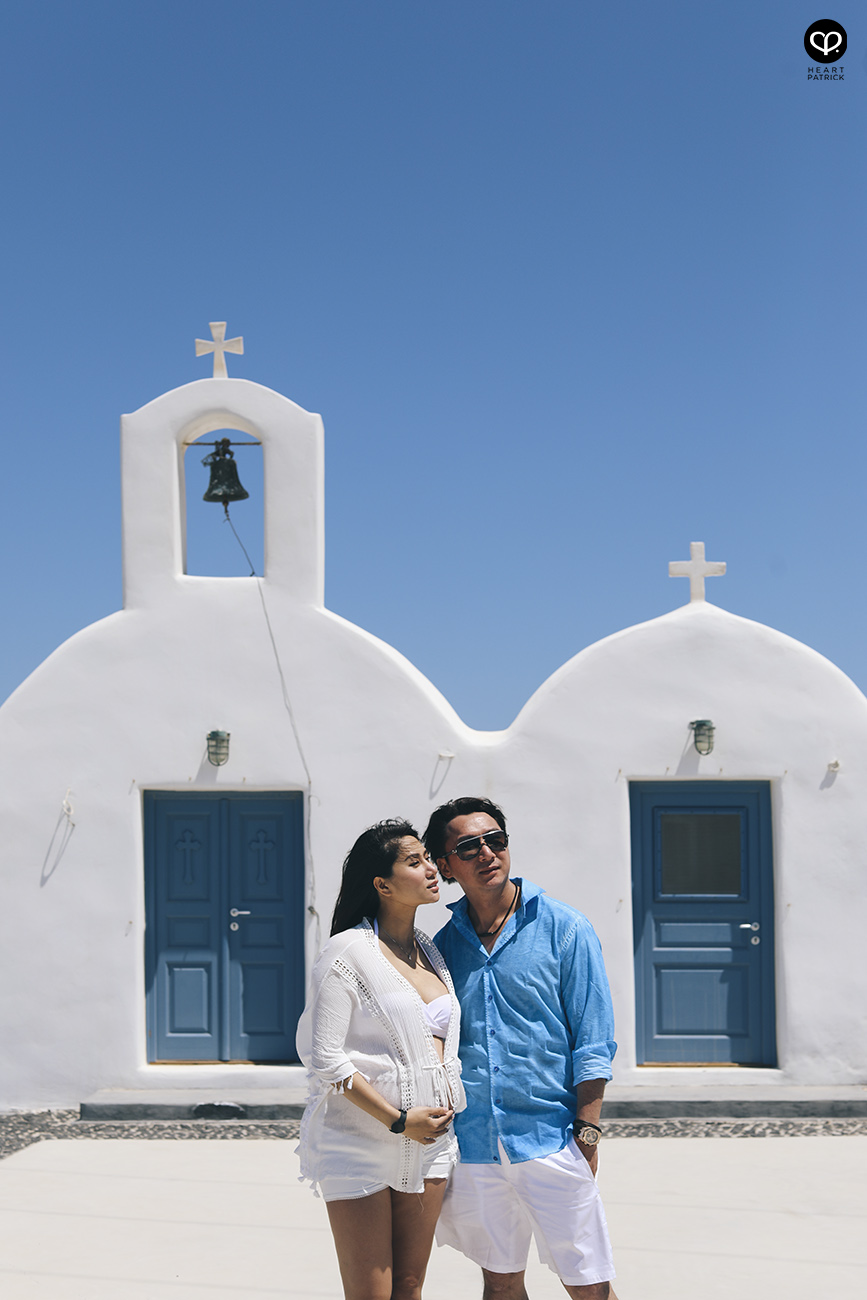 heartpatrick destination pregnancy prenatal couple portraits santorini greece